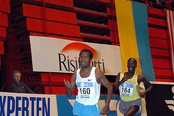 Sileshi Sihine of Ethiopia running the 5000m in Stockholm's Globe Arena (Hasse Sjögren)