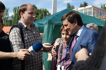Young Ukrainian athletics journalists interview head of Donetsk Regional State Administration Andriy Shyshatskiy (Donetsk 2013 LOC)
