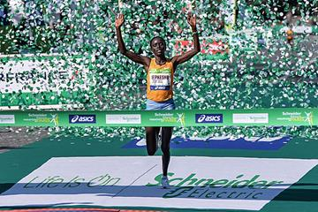 Visiline Jepkesho crosses the line to win the 2016 Paris Marathon (AFP/Getty Images)