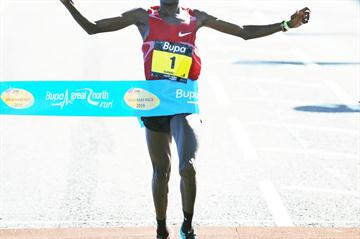 Martin Lel wins the 2009 Great North Run (Mark Shearman)