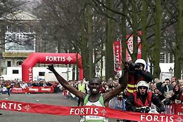 Samuel Wanjiru in The Hague / Den Haag - wins in a time of 58:33 (c)
