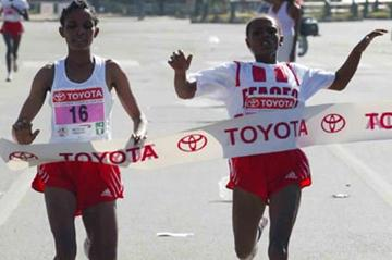 Ahaza Kiros (right) is edged by Genet Getaneh at the 2005 Great Ethiopian Run (Jiro Mochizuki (Agence Shot))