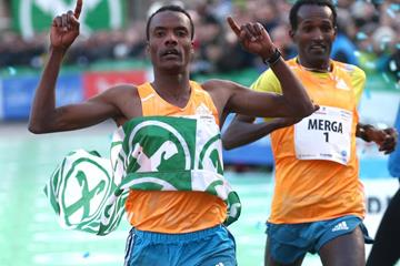Muktar Edris beats Imane Merga to the line over 10km at the BOclassic (Giancarlo Colombo)