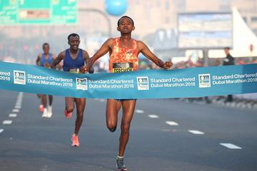 Mosinet Geremew winning the Dubai Marathon (Giancarlo Colombo)