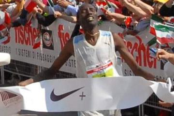 Francis Kirwa of Finland winning in Padua in 2:11:00 (organisers)