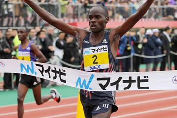 Patrick Makau wins the 2015 Fukuoka International Marathon (Getty Images / AFP)