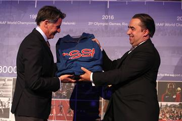 Alfons Juck hands over the donation of Dana Zátopková of the training jacket of her husband Emil Zatopek to Seb Coe (IAAF)