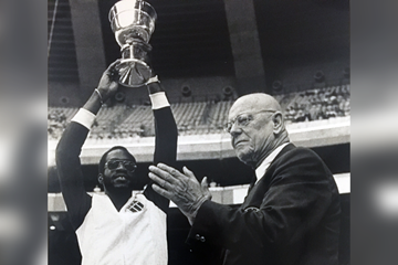Ed Moses lifts the IAAF World Cup in 1979 ()