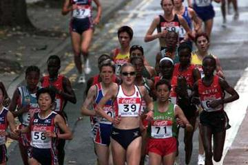 Paula Radcliffe of Great Britain in the pack (© Allsport)