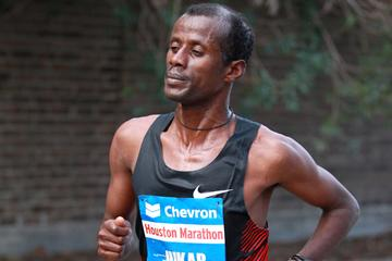 Tariku Jufar en route to his 2:06:51 course record in Houston (Victah Sailer)