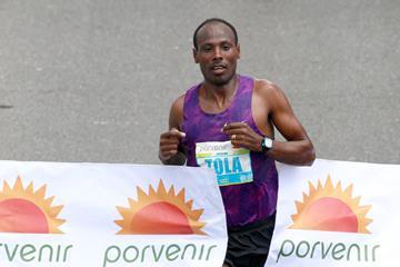 Tadese Tola winning at the 2016 Bogota Half Marathon (Organisers / Victah Sailer)
