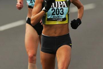 Kara Goucher pulling away from Paula Radcliffe at the 2007 Great North Run (Getty Images)
