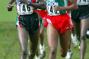 Teyiba Erkesso (ETH) battles with Edith Masai (KEN) in Brussels 2004 World Cross (Getty Images)
