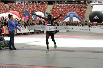 Ezekiel Omullo crosses the line to win the 2016 Warsaw Marathon (Organisers)