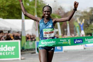 Flomena Cheyech wins the women's race at the 2014 Paris Marathon (Jiro Mochizuki)