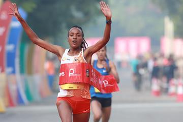 Tsehay Gemechu wins the Delhi Half Marathon (Procam International)