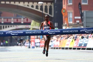 Tirunesh Dibaba winning the 2016 Great Manchester Run (Phil Oldham/Organisers)