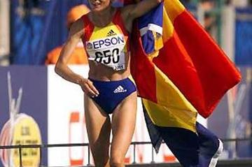 Lidia Simon with the Romanian flag after winning the 2001 World Marathon title (Getty Images)