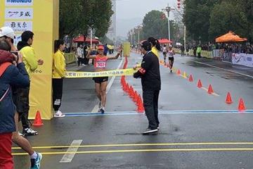 Liu Hong breaks the world 50km race walk world record in Huangshan (Chinese Athletics Association)