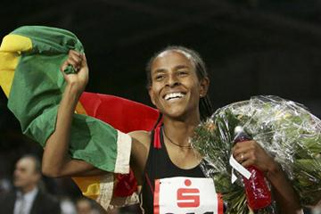Meseret Defar celebrates her 3000m World indoor record in Stuttgart in 2007 (Bongarts)