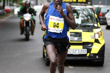 David Langat on the way to his 2:10:46 win in Dusseldorf (Victah Sailer)