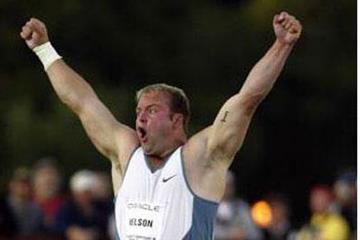 Adam Nelson hands aloft after 2002 US champs win (© Allsport)
