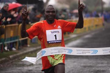Kenya's Vincent Chepkok winning at the 2012 Cross Internacional de Venta de Banos (Alfambra Fundación ANOC)