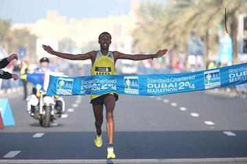 Tsegaye Mekonnen wins at the 2014 Standard Chartered Dubai Marathon (Organisers / Giancarlo Colombo)