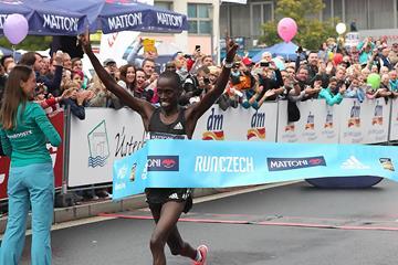 Barselius Kipyego winning the 2016 Usti nad Labem half marathon (Giancarlo Colombo)