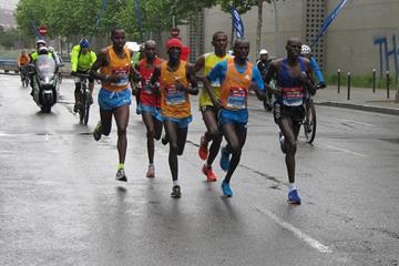 Leading runners in the Madrid Marathon at 35km, Ezekiel Kiptoo Chebii on the far right (Mareas)