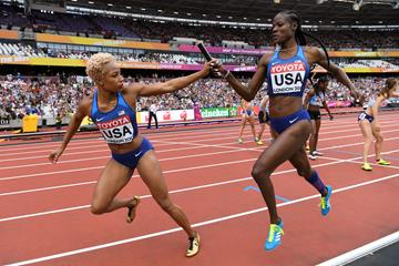 Natasha Hastings takes the baton from Shakima Wimbley in the qualifying heats of the 4x400m relay at the IAAF World Championships London 2017 (AFP/Getty Images)