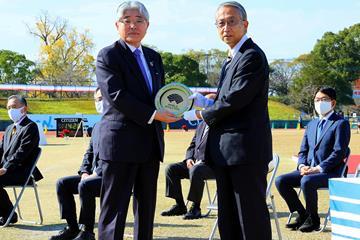 Japanese Athletics Federation President Hiroshi Yokokawa (r) and President and CEO of The Asahi Shimbun Masataka Watanabe (l) (Organisers)