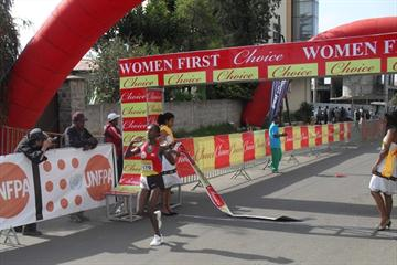 Sule Utura breaks the tape to take victory in the 2010 Choice Women First 5km (Bizuayehu Wagaw)