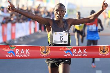 Geoffrey Kipsang Kamworor wins the RAK Half Marathon (Victah Sailor)