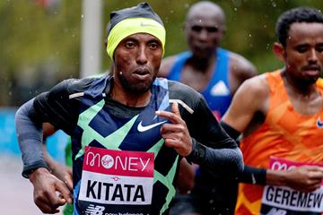 Shura Kitata en route to the 2020 London Marathon title (Getty Images)