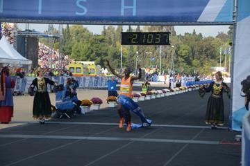 Felix Kandie wins the 2014 Athens Marathon (Organisers / AMA - George Panagakis)