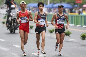 Koki Ikeda (centre) on his way to winning the men's 20km race walk at the IAAF World Race Walking Team Championships Taicang 2018 (Getty Images)