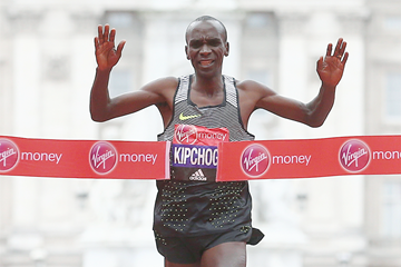 Eliud Kipchoge winning at the 2016 London Marathon (Getty Images / AFP)