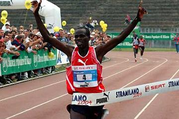 Robert Kipchumba of Kenya wins the 2004 Stramilano Half (Lorenzo Sampaolo)