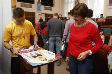 Pawel Maslak autographs a poster at the launch of the 'Ostrava supports continents' project (Czech Athletics Federation)