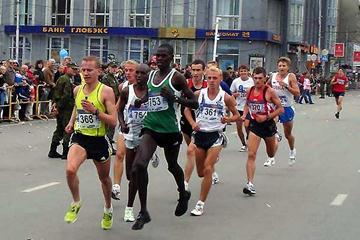Leading pack in Novosibirsk Half Marathon (Yelena Kurdyumova and Sergey Porada)