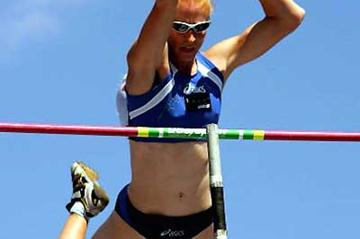 Kym Howe clears 4.61 for a new Australian women's Pole Vault record (Getty Images)