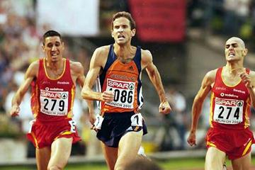 Antonio Jiménez (extreme right )sneaks inside a fading Simon Vroemen (centre) for European gold (Getty Images)