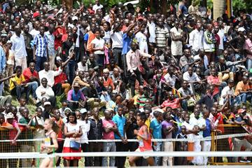 Spectators watch the mixed relay at the World Cross Country Championships Kampala 2017 (Jiro Mochizuki)