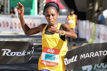 Sarah Chepchirchir wins the Rock 'n' Roll Lisbon Marathon EDP (Kevin Morris@photorun for organisers)