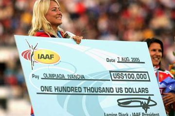 Olimpiada Ivanova receives a 100,000 dollars World record bonus cheque (Getty Images)