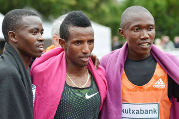 Rhonex Kipruto (right) after beating Selemon Barega (centre) and Stanley Waithaka (left) at the Cross Internacional Juan Muguerza (Asociación ANOC)
