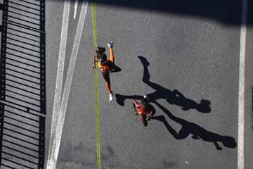 Lornah Kiplagat of the Netherlands and Mary Jepkosgei Keitany of Kenya in action (Getty Images)