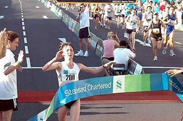 Irina Timofeyeva (RUS) wins the 2005 Standard Chartered Singapore Marathon (Martin Tan/Martin T Photography)