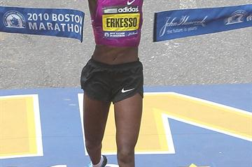 Teyba Erkesso breaks the tape in Boston 2010 (Getty Images)